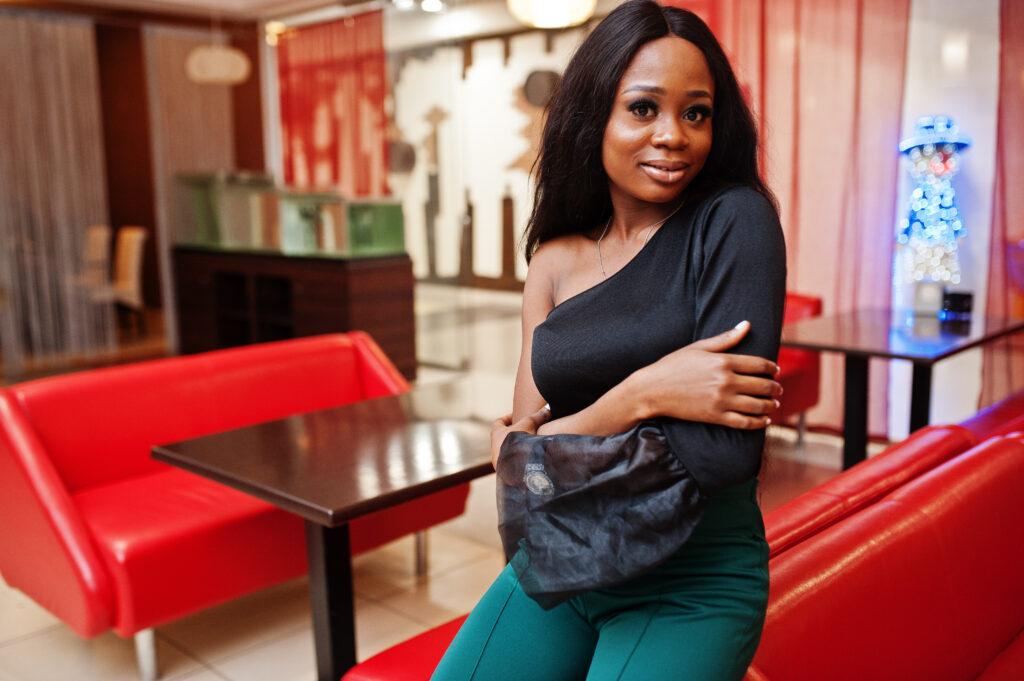 דוגמנית מציגה טיפים מגניבים עם מכנסי נשים ירוקות